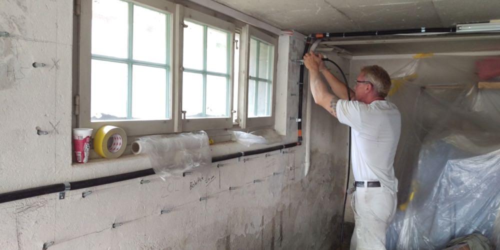 Rund um Gebäude findet man zahlreiche Abdichtungen. Diese müssen immer in besten Zustand sein, damit weder Wasser, Nässe oder Feuchtigkeit in ein Mauerwerk eindringen kann.