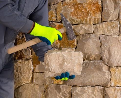 Das Verlegen von Ziegelsteinen, Backsteinen, Bruchsteinen und Kalksandsteinen im Mörtel zum Herstellen und Reparieren von Wänden, Fundamenten, Trennwänden, Bögen und anderen Bauwerken – das ist nur ein Teil des Angebots unserer Kundenmaurer.